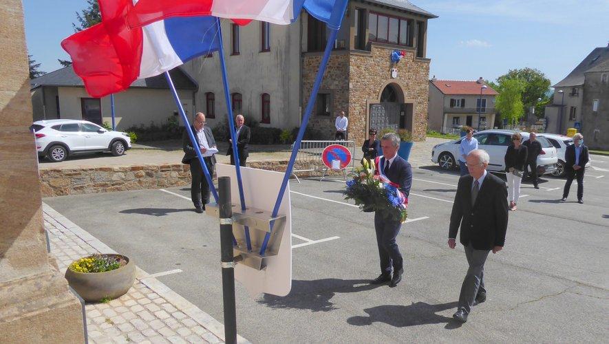 Commémoration au monument aux morts à Luc. Le maire Jean-Philippe Sadoul et Jean-Paul Espinasse président du comité local des anciens combattants, déposant la gerbe au pied du monument aux morts.