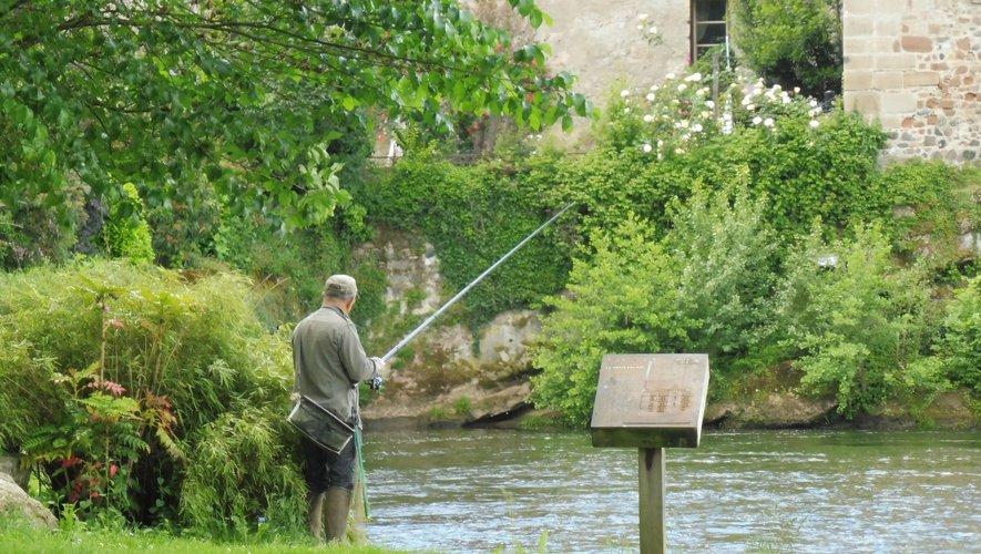 Les pêcheurs ont trempé le fil dans l'eau