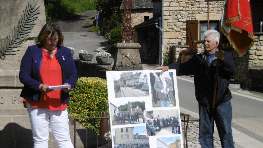 Le maire et le porte-drapeau entourent le panneau sur lequel on pouvait découvrir des photos d'anciennes commémorations.