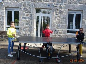 Ping-pong au soleil dans la cour