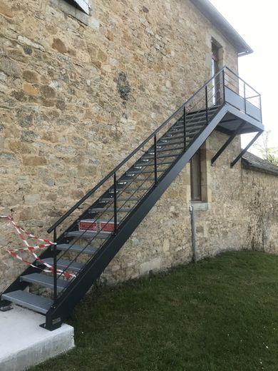L'escalier de secours est en place pour la sécurité des écoliers.