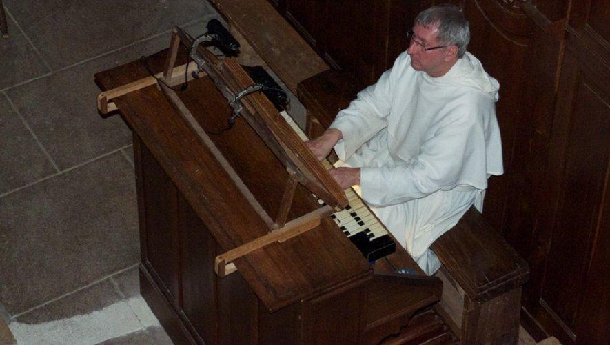 Frère Jean-Daniel à l'orgue dans l'abbatiale Sainte Foy.