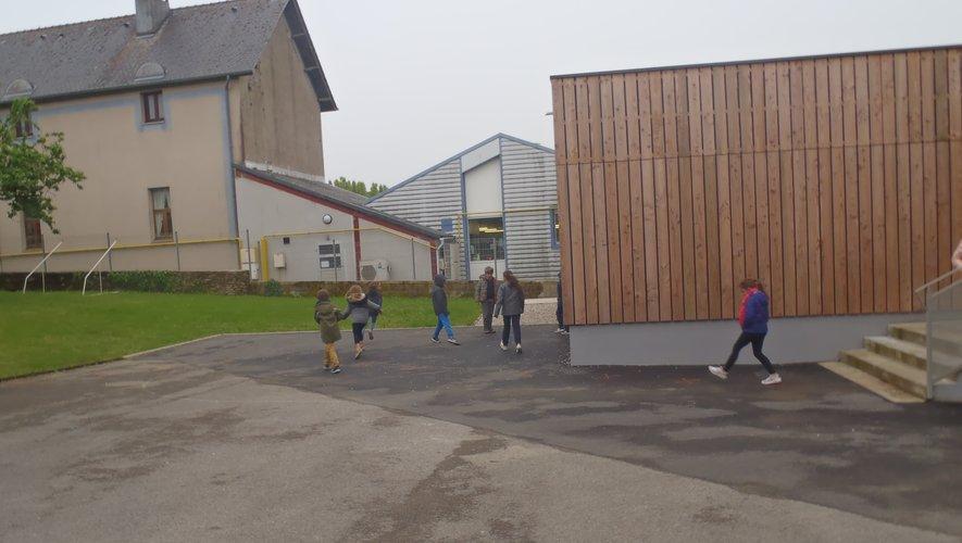 À La Nauze, les enfants ont repris leurs habitudes de jeux avec leurs copains et copines. Ici,  les élèves de Mme Druilhe se détendent avant la reprise des cours.