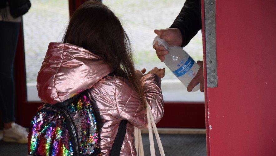 Les élèves doivent obligatoirement se laver les mains avant de rentrer en classe.