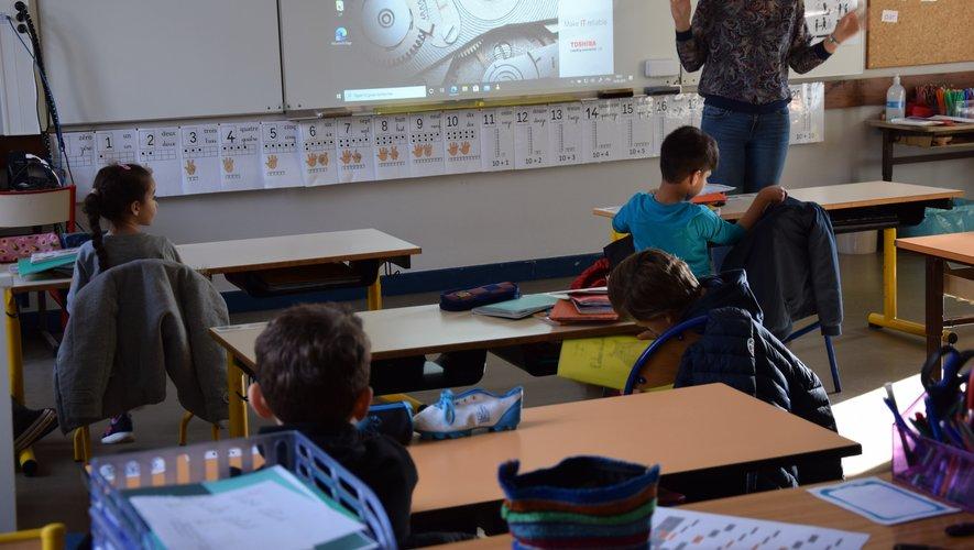 Les élèves suivent les leçons par petits groupes, à des tables séparées.