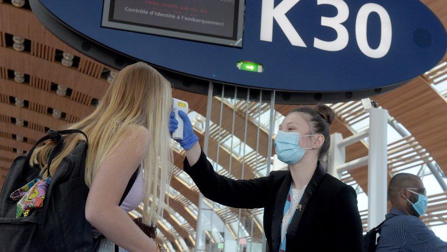 La température est ensuite confirmée avec un thermomètre sans contact et le voyageur conduit au service médical d'urgence de l'aéroport où son éventuelle contamination pourra être testée.