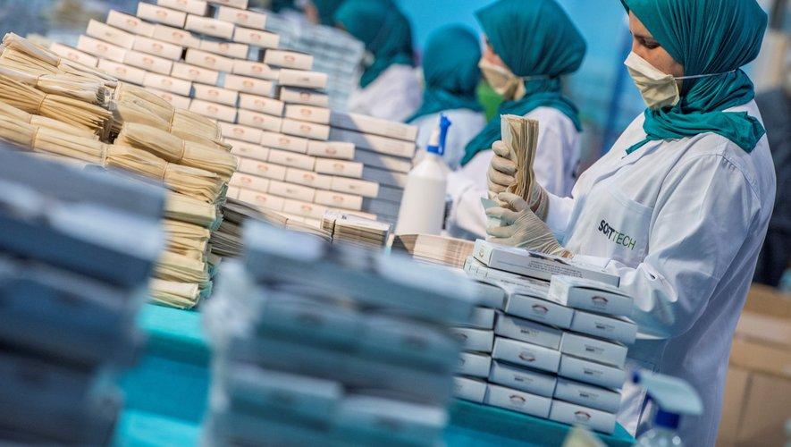 Au Maroc, une vingtaine d'usines produisent plus de 10 millions de masques par jour, selon le ministre de l'Industrie Moulay Hafid Elalamy.