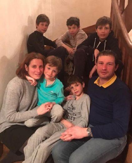 Chez les Combettes, pendant cette période durant laquelle elle a beaucoup œuvré au service des autres dans plusieurs hôpitaux parisiens, toute la famille a fait corps autour d'évelyne, médecin anesthésiste réanimateur. Stéphane,  son mari, bien sûr, mais également les cinq garçons : Léo (18 ans), Florent (16), Jérémy (14), Jules (11) et Romain (9).