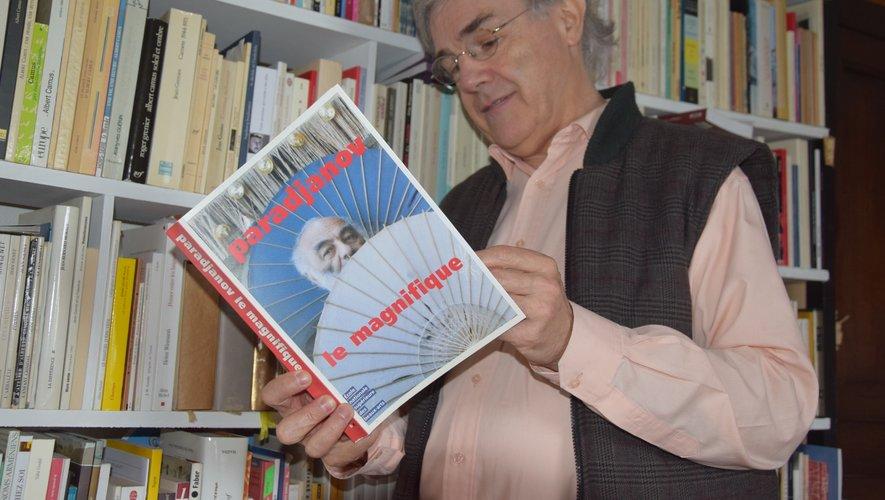Serco Aghian, devant une partiede sa bibliothèque à Condom-d'Aubrac, propose des ateliers d'écriture dans son village d'adoption pour partager sa passion.