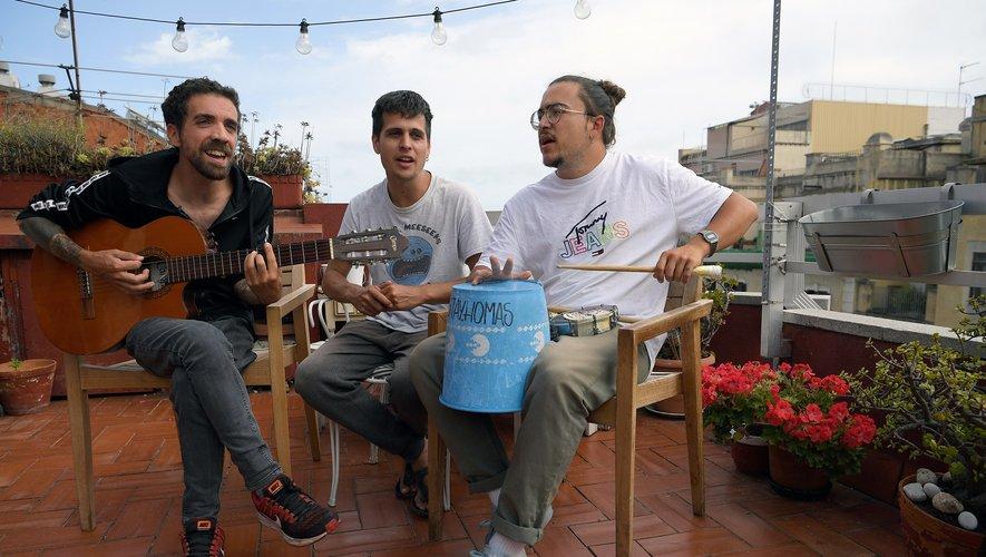 """Deux mois et 27 chansons plus tard, les trois jeunes membres de """"Stay Homas"""" viennent de signer un contrat avec Sony pour sortir un disque à l'automne"""