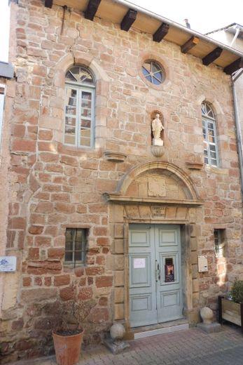 La belle façade de la chapelle, rue du Plô.