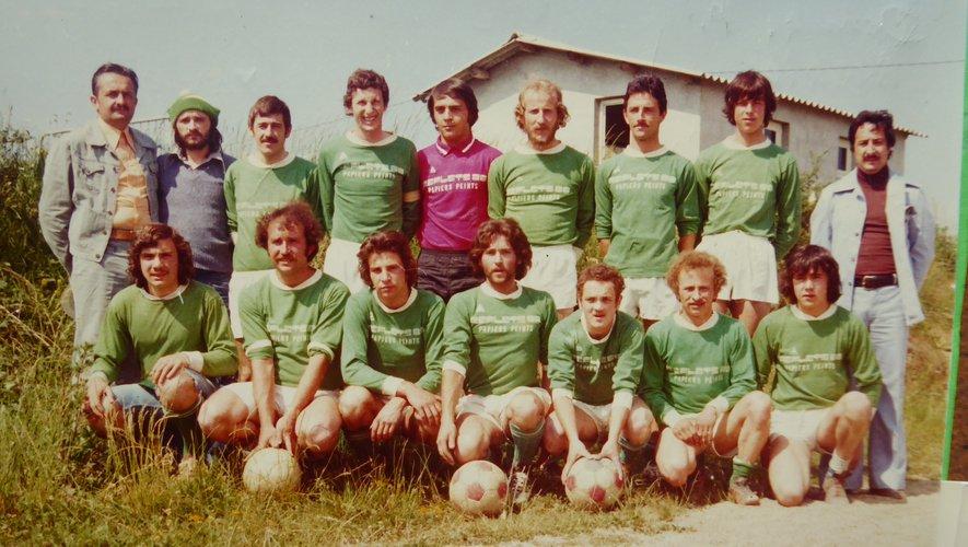 L'équipe de l'USP avant le coup d'envoi de la finale de la Coupe de l'Aveyron contre Viviez, saison 1975/1976.