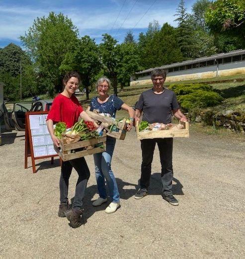 Hannah, Sylvie et Patrick Mille de l'élevage de volailles Le Maraudeur, à Saint-Antonin Noble-Val, font partie du « Drive de nos fermes ».