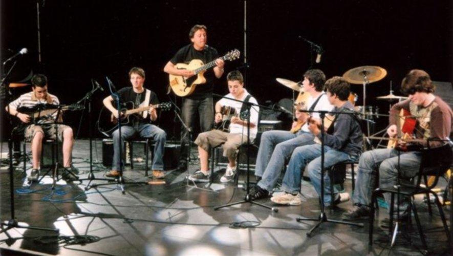 Encore un peu de patience pour les jeunes guitaristes de Hello Musique. / Photo DDM archives.