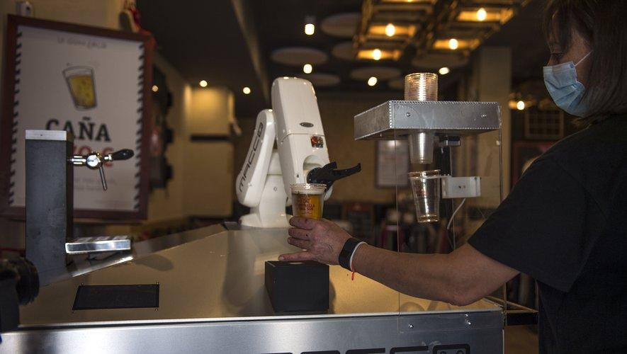 Trônant à l'entrée du bar, la machine consiste en un gros bras articulé muni d'une pince au bout, façon Capitaine Crochet.