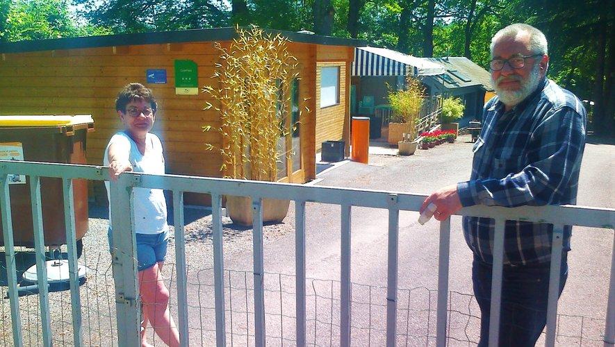 Derrière la barrière fermée, Véronique et Pierre Bison attendent et espèrent.