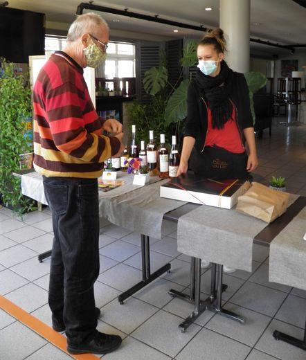 Les restaurateurs locaux ont opté pour la méthode des plats à emporter en attendant d'ouvrir leurs tables.