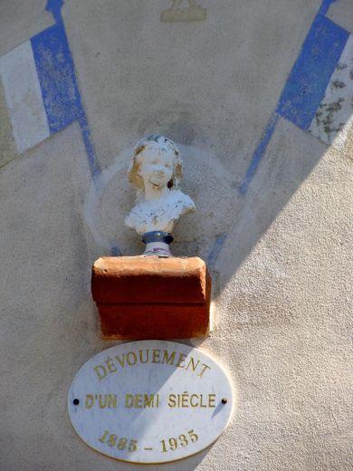 Le buste de la République remplacé après que l'original fut mis à mal