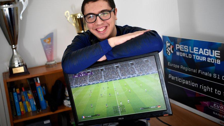 """Lotfi Derradji, 21 ans, l'un des deux joueurs de l'équipe de France eFoot, considérée comme le """"grand favori"""" du premier """"eEuro"""" de l'histoire"""