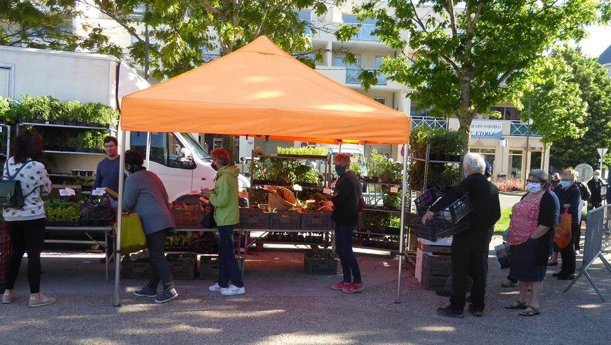 Les nombreux clients à l'entrée du marché gérée par Laurent Portal, conseiller municipal.