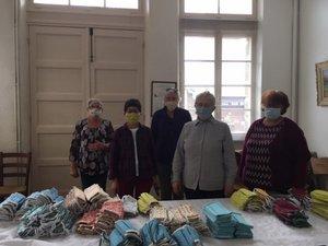 Les bénévoles ont confectionné des masques pour la population.