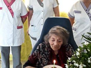 Éva souffle la bougie de ses 105 ans.