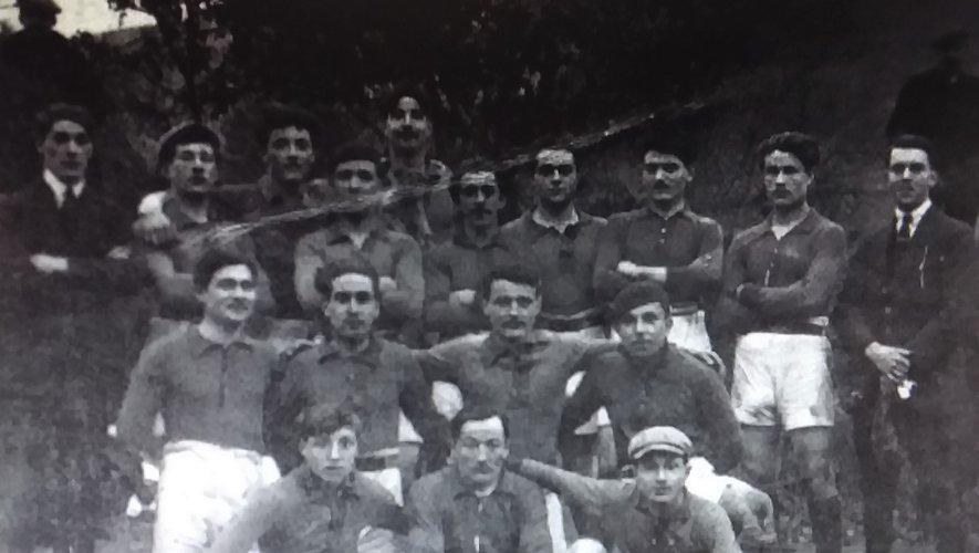 La première équipe de l'AOV Rugby en 1920.