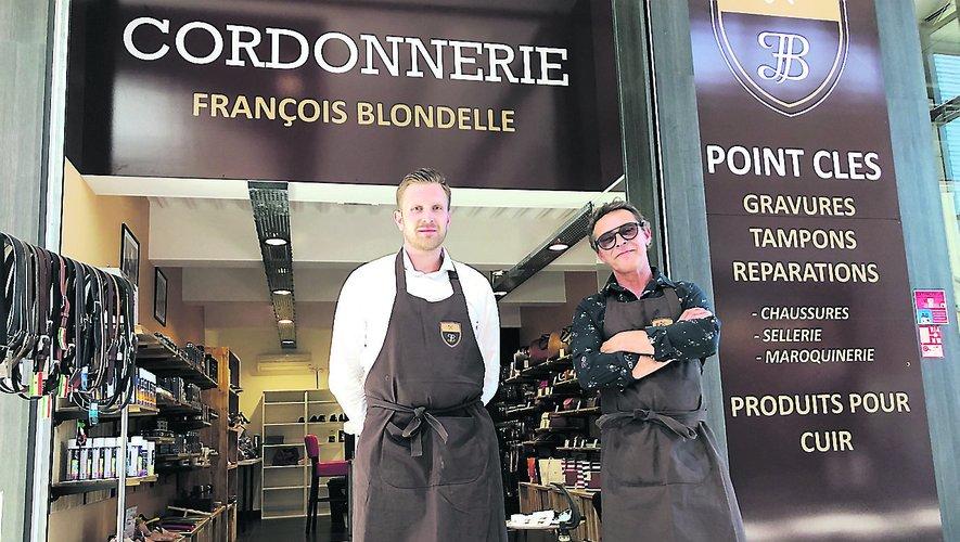 Thibault Joulia (à gauche) et son franchiseur, François Blondelle, devant la boutique du premier dans la galerie du Centre Leclerc./Photo MCB.