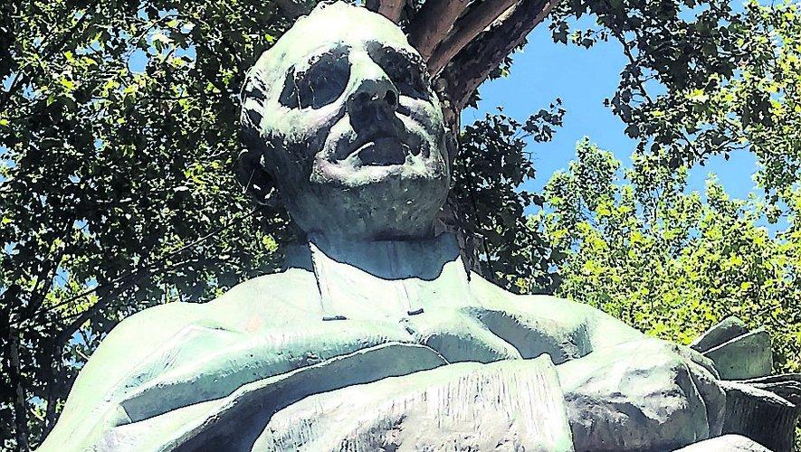 Le buste de l'abbé Justin Bessou (1845-1918) sur la place Saint-Jean, à Villefranche-de-Rouergue./Photo MCB.