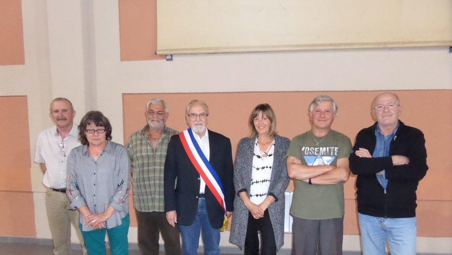 """Le maire Michel Raffi et son écharpe tricolore et ses adjoints. Pour la photo, les élus ont """"ôté"""" leurs masques."""