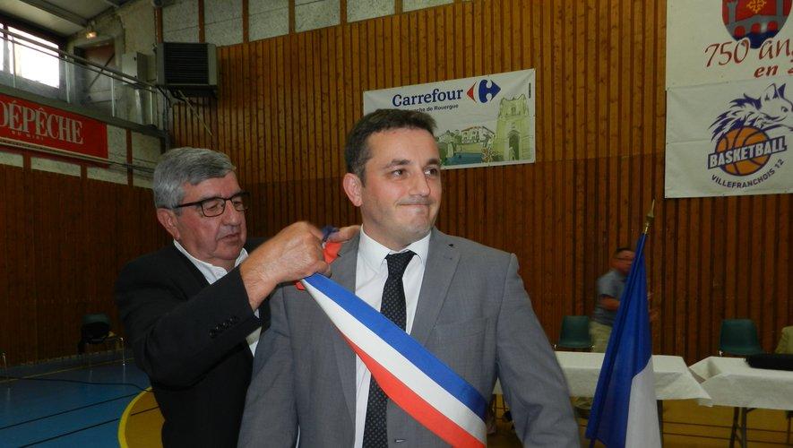 Beaucoup d'émotion chez Jean-Sébastien Orcibal quand Jacques Andurand lui a enfilé l'écharpe de maire.