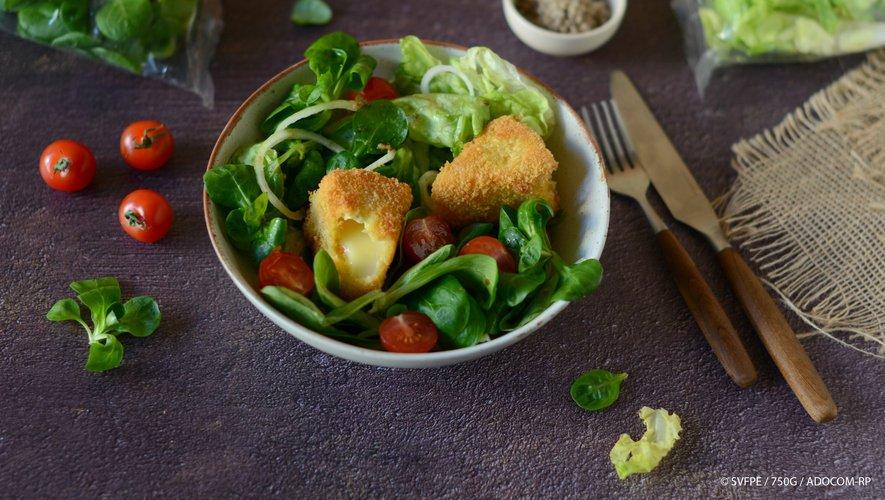 Salade de feuilles de chêne et mâche aux légumes et camembert pané
