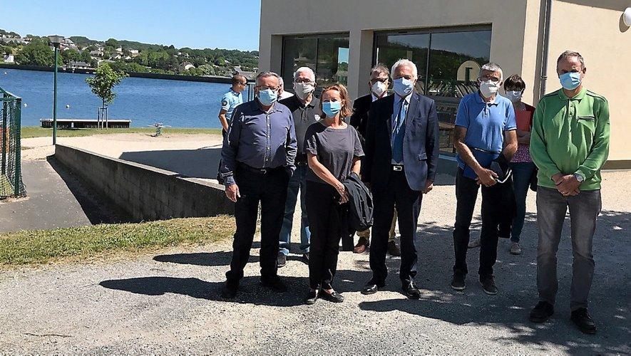 Masques obligatoires. Les élus entourant la préfète de l'Aveyron, mardi au bord du lac des Rousselleries à Villefranche-de-Panat.