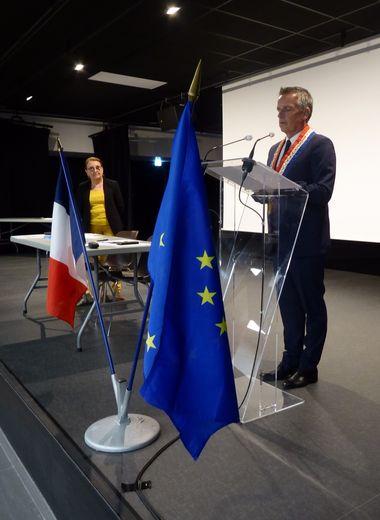 Jean-Philippe Sadoul lors de son discours après la remise de l'écharpe par la doyenne, Françoise Roques.
