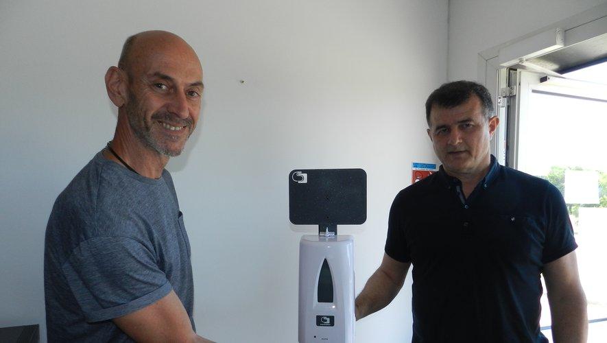"""Pierre Pasturel (à droite )et Gérard Mercanti présentent un modèle de la station """"Bactogel""""."""