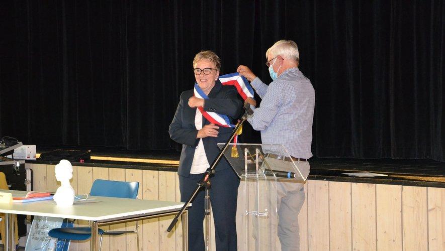 Remise de l'écharpe tricolore par Edmond Routaboul à Sylvie Lopez.