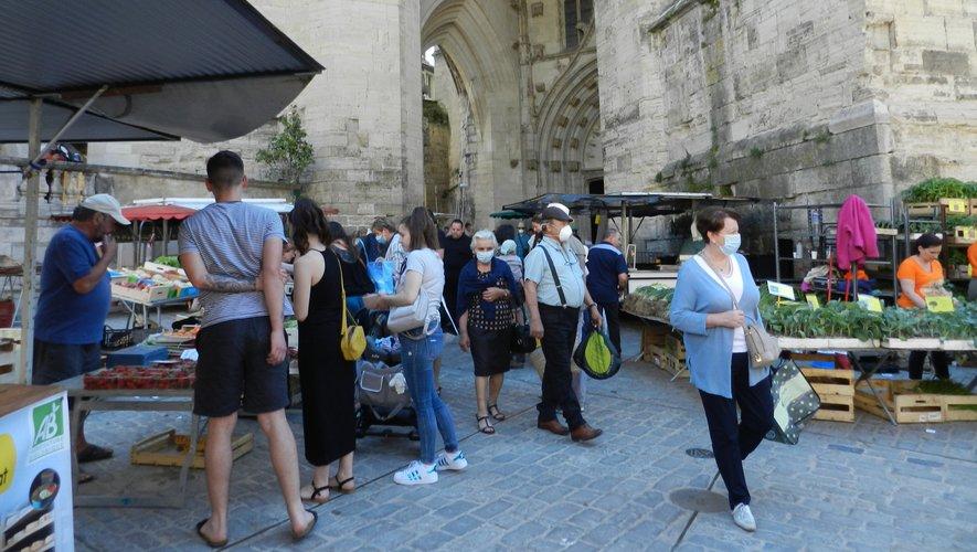 La place Notre-Dame avait retrouvé de la fréquentation, chacun essayant de respecter une distanciation physique.