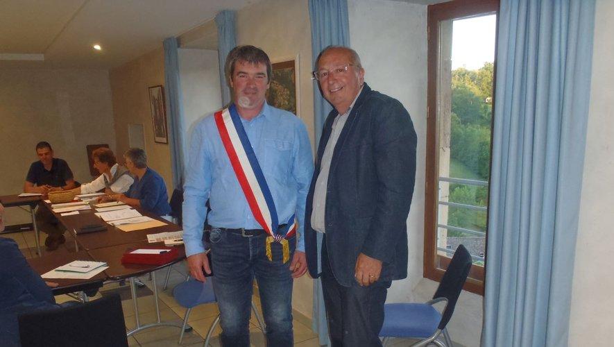 David Mazars ceint de l'écharpe tricolore que vient de lui remettre son prédécesseur et ami,Christian Vergnes.