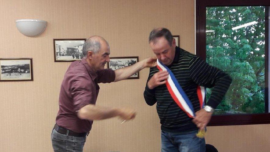 Première difficulté pour un maire fraîchement élu : porter l'écharpe dans le bon sens