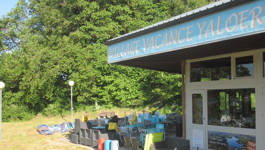 Une chaise ou deux à ranger et tout sera bientôt prêt au restaurant du Village Vacances Yalloer.