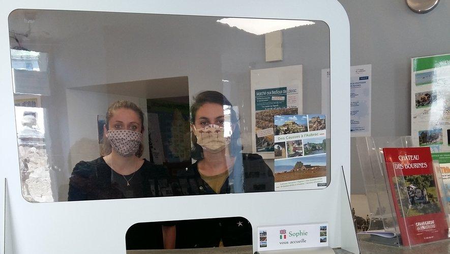Audrey et Sophie gardent le sourire derrière leurs masques et la fenêtre de protection.