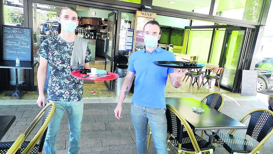 Hier matin, les serveurs du Globe prêts pour servir les premiers cafés d'après déconfinement.