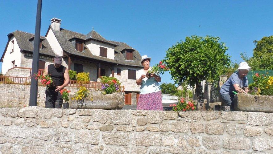 Des bénévoles pour le fleurissement des villages.
