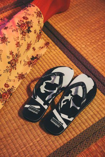 Havaianas prend un virage streetwear avec cette collection en collaboration avec mastermind Japan.