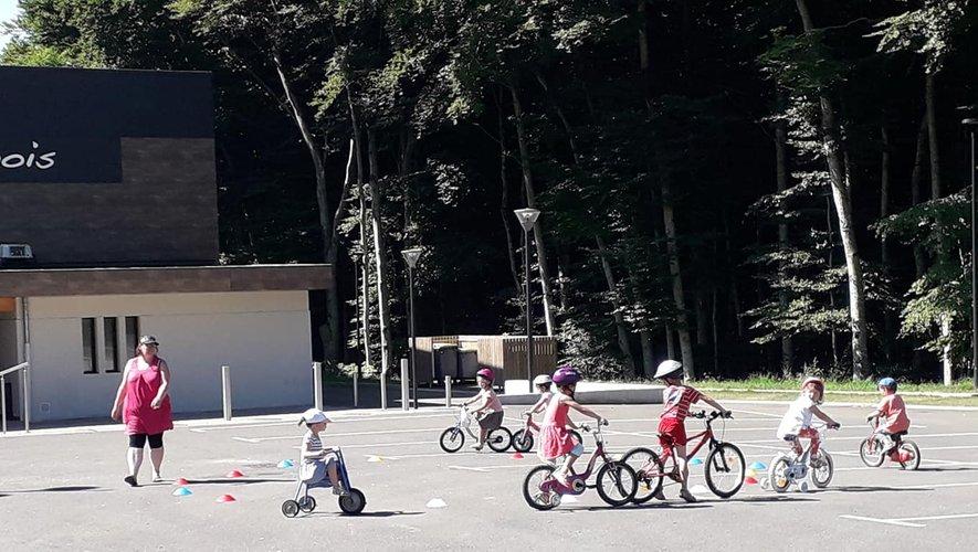 Animation vélos dans la cour du CLSH