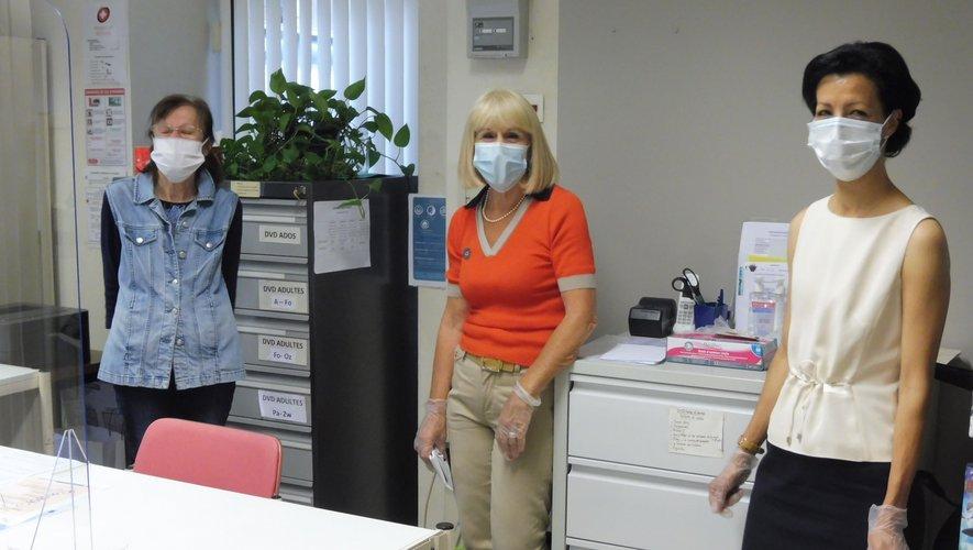 Zina et des bénévoles assurent le bon fonctionnement de la bibliothèque.
