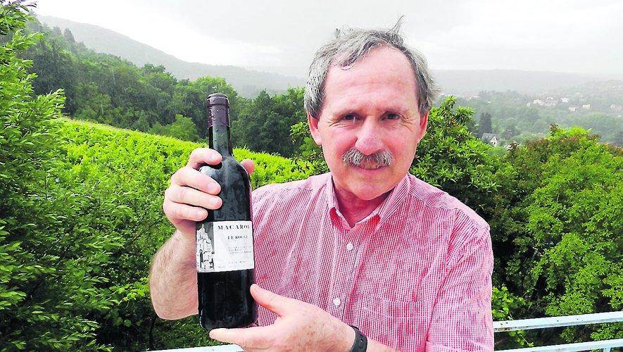 Devant sa vigne, à flanc du coteau de Macarou, Alain Estival présente la dernière cuvée. Sur l'étiquette, en noir et blanc, s'affiche la collégiale de Villefranche.