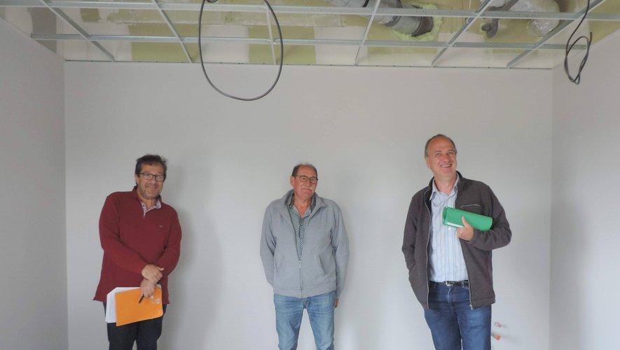Georges Richardson (architecte), Jean-Louis Cavalier (adjoint chargé des travaux) et le maire Vivian Couderc dans le cabinet du futur médecin.