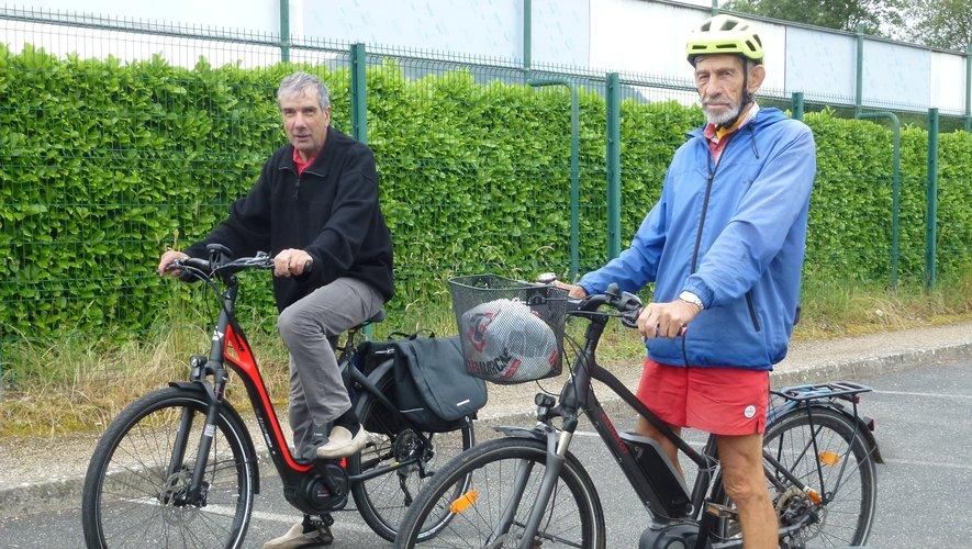 Marcel et Michel sont conquis par les avantages des vélos électriques.