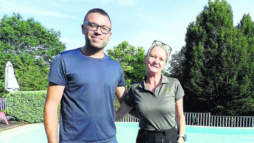 Abbi et Danny Coman-Ricketts devant la piscine du Mas de Jouas.